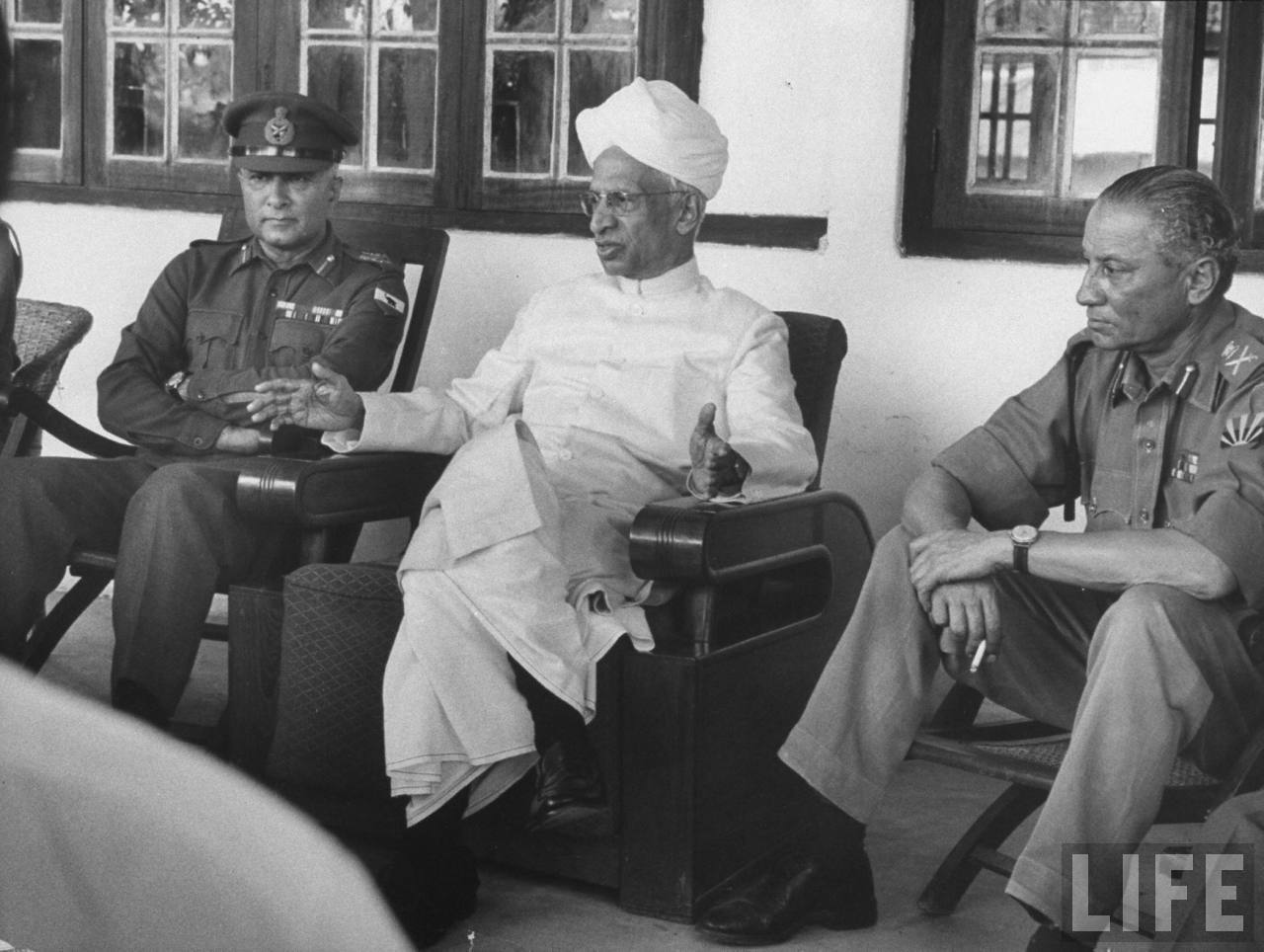 The history of Special Frontier Force-Establishment No. 22: President Radhakrishnan with Officers of Indian Army during the 1962 India-China War.