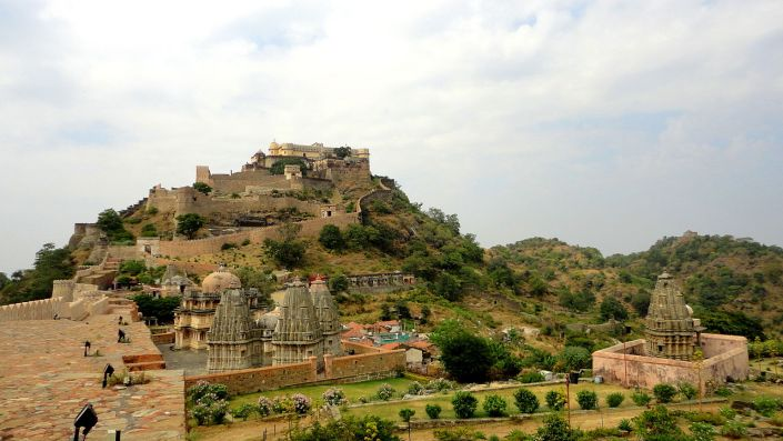BHARAT DARSHAN - KUMBHALGARH FORT - RAJASTHAN: THE FORT COMPLEX INCLUDES SEVERAL PALACES. BADAL MAHAL OR PALACE OF CLOUD IS PERCHED ON THE HILLTOP.