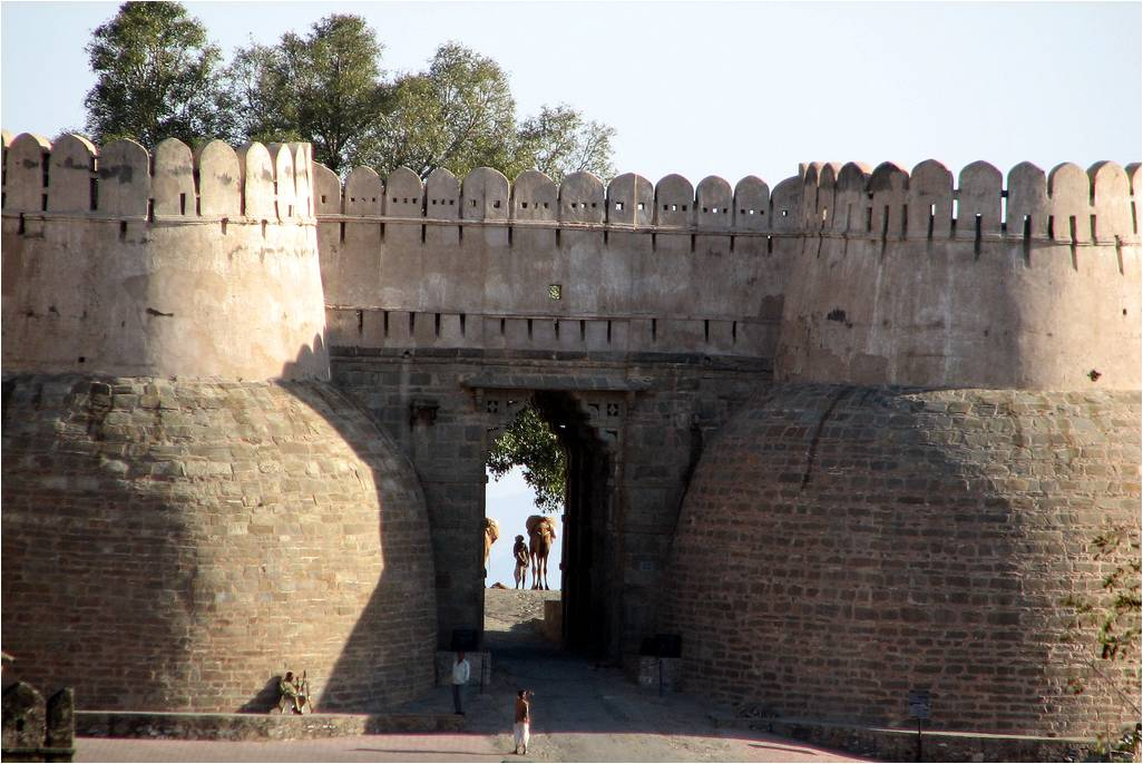 BHARAT DARSHAN - THE GREAT FORT WALL OF KUMBHALGARH, RAJASTHAN.  IT HAS SEVEN GATEWAYS.