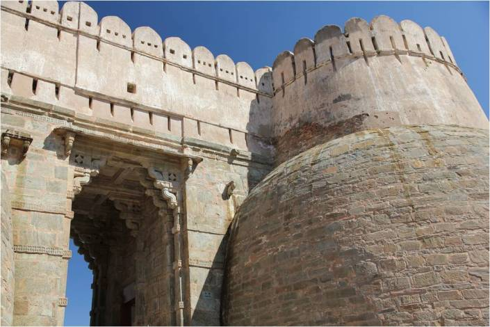 BHARAT DARSHAN - THE GREAT FORT WALL ENTRANCE, KUMBHALGARH, RAJASTHAN.