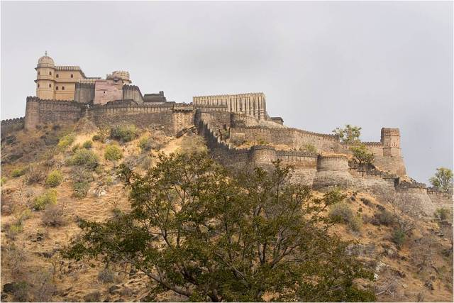 BHARAT DARSHAN - A GREAT VIEW OF KUMBHALGARH FORT AND ITS GREAT WALL.