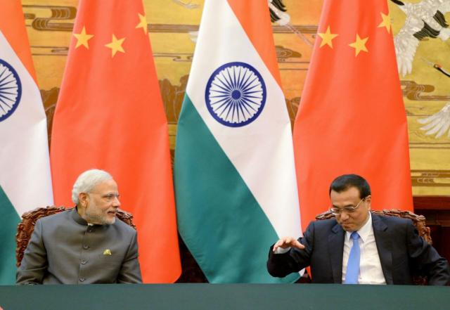 Chinese Premier Li Keqiang (R) talks with Indian Prime Minister Narendra Modi during a signing ceremony at the Great Hall of the People in Beijing, China, May 15, 2015. REUTERS/Kenzaburo Fukuhara/Pool