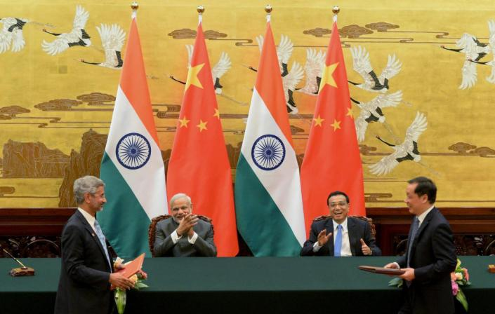 Indian Prime Minister Narendra Modi (2nd L) and Chinese Premier Li Keqiang (2nd R) applaud during a signing ceremony at the Great Hall of the People in Beijing, China, May 15, 2015. REUTERS/Kenzaburo Fukuhara/Pool