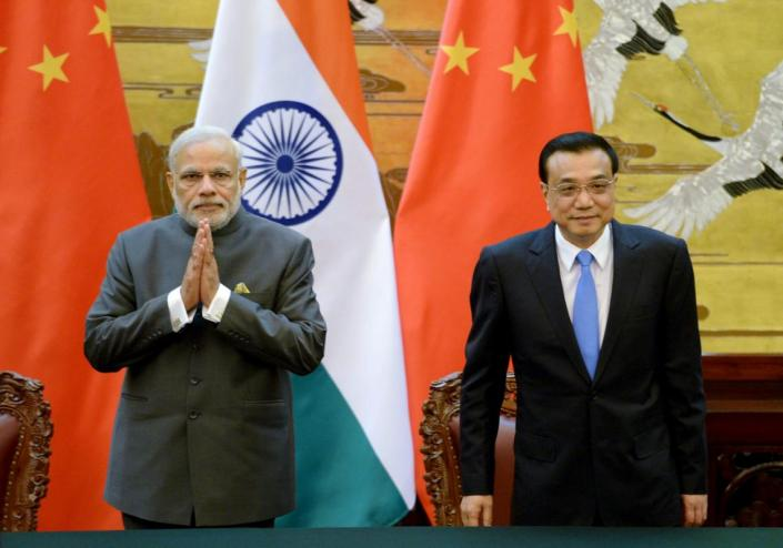 Indian Prime Minister Narendra Modi (L) and Chinese Premier Li Keqiang attend a signing ceremony at the Great Hall of the People in Beijing, China, May 15, 2015. REUTERS/Kenzaburo Fukuhara/Pool
