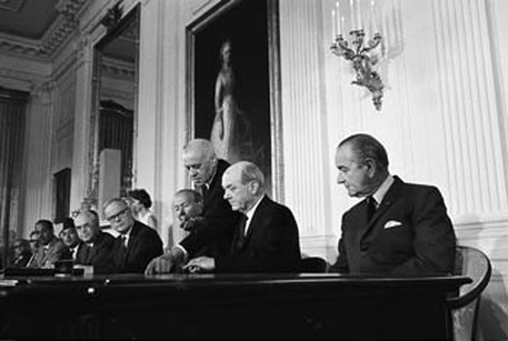 THE  EVIL  RED  EMPIRE -  NUCLEAR  EXPANSIONISM : US  SECRETARY  OF  STATE  DEAN  RUSK  AND  US  PRESIDENT  LYNDON B.  JOHNSON  AT  THE  SIGNING  OF  NUCLEAR  NON-PROLIFERATION  TREATY  ON  JULY 01,  1968 .